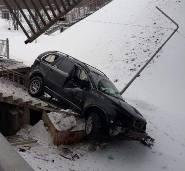 Женщина, управлявшая слетевшим с моста на ж/д пути внедорожником, не пострадала