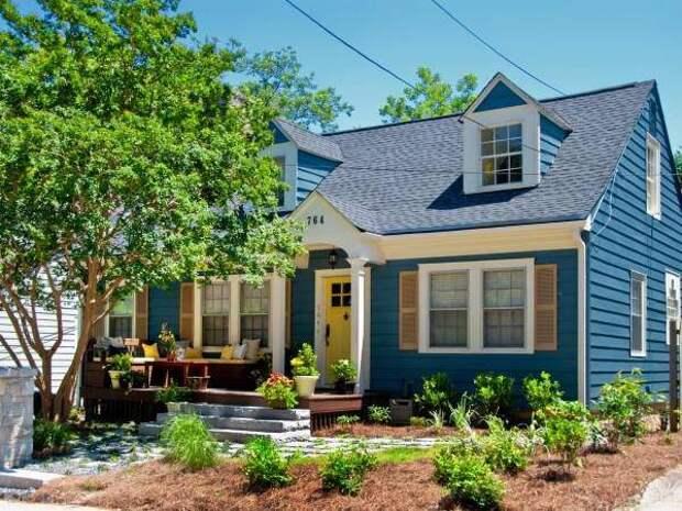 Темно синий цвет дома с желтой дверью на фото