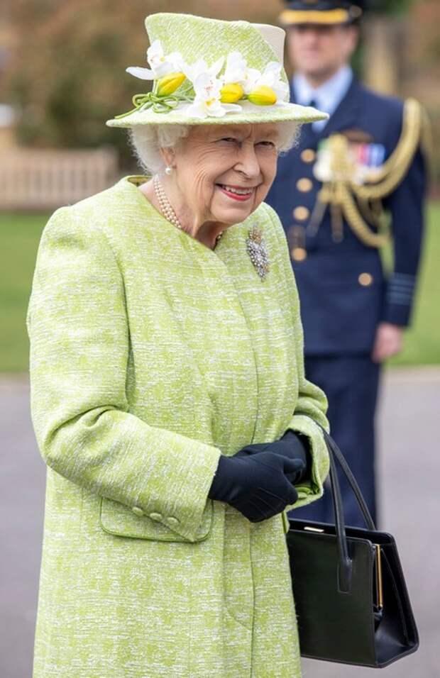 """Королева Елизавета II совершила первый публичный выход в 2021 году в годовщину """"мегзита"""""""