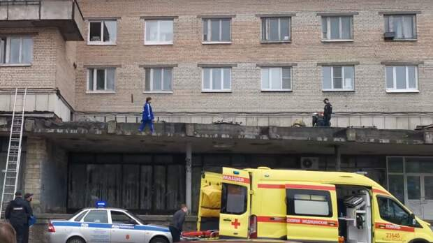 В центре Волгограда ребенок выпал из окна четвертого этажа и выжил