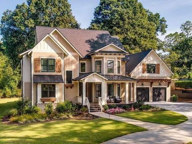 Бежевый цвет фасада с коричневой крышей и темной отделкой