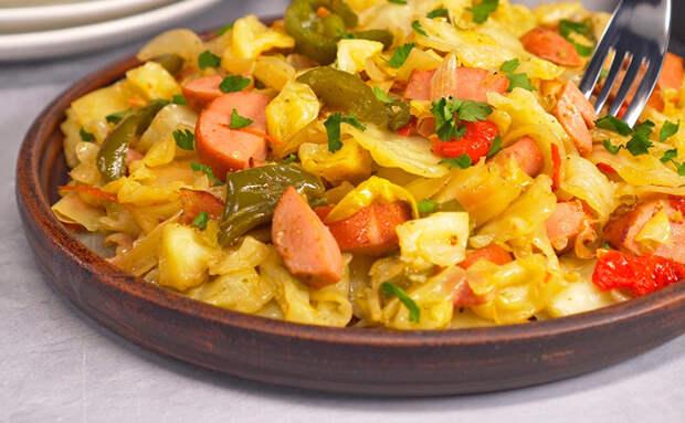Гарнир и главное блюдо готовы разом: добавили в капусту 3 сосиски и немного бекона