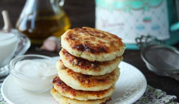 Закусочные сырники с сыром, чесноком и зеленью: необычный завтрак