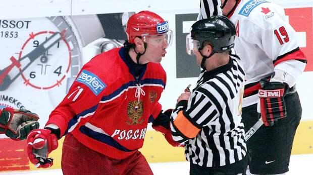 Безобразный судейский скандал: Россию «убили» в полуфинале ЧМ. Русские фанаты бросали на лед банки и стаканы