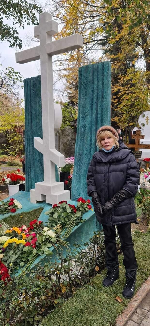 «Православный крест на могиле Захарова?»: недоумевающая Кравец высказалась о памятнике режиссеру
