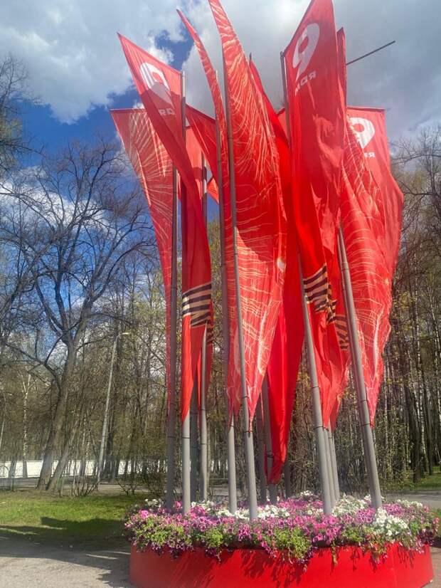 Фотокадр: у входа на Аллею Памяти развиваются флаги в честь Дня Победы