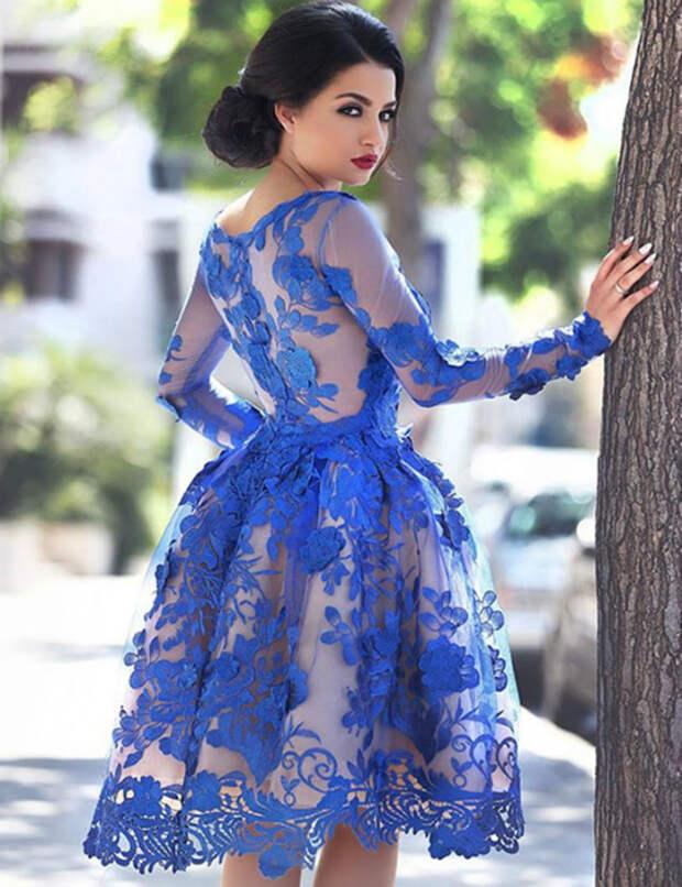 Синее платье-колокол.