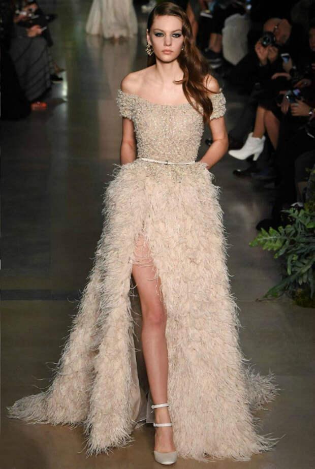 Платье с перьями.