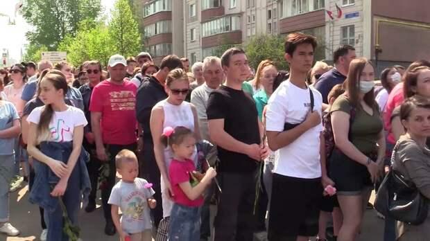 В Казани день траура, люди продолжают нести цветы к стихийному мемориалу
