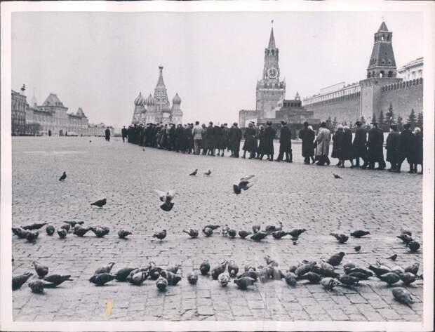 1957. Москва. Горожане выстраиваются в колонну на Красной площади, чтобы посетить ленинскую гробницу