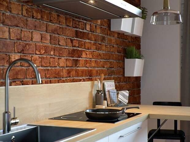 Кирпич подойдет в качестве фартука на кухне вместо стандартной плитки. / Фото: m-strana.ru