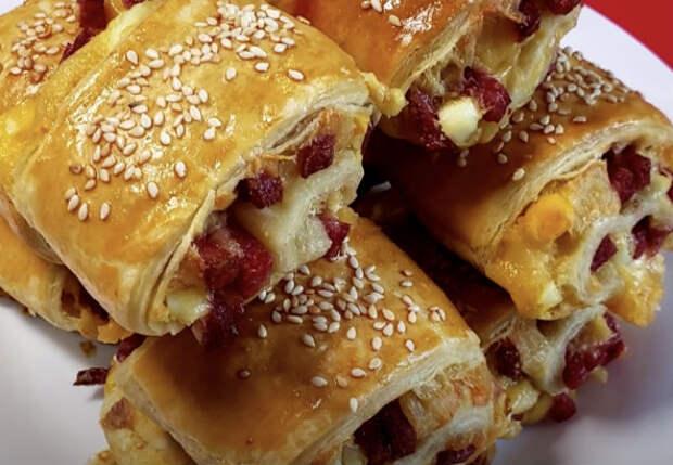 Моментальный перекус выходного дня: заворачиваем колбасу в слоеное тесто