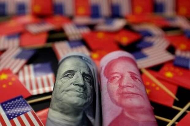 Доллар США и китайский юань, Пекин, Китай, 20 мая 2019 года. REUTERS/Jason Lee/Illustration