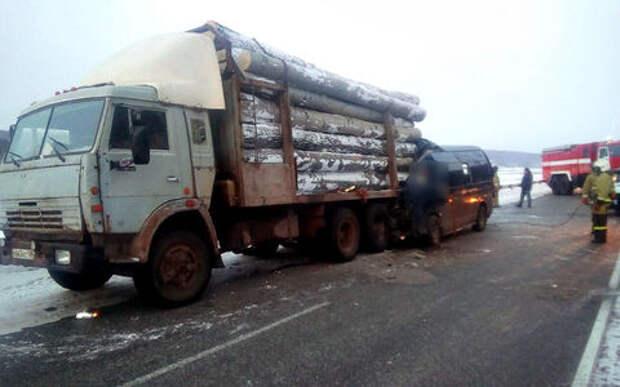 В ДТП маршрутки с лесовозом погибли четыре человека