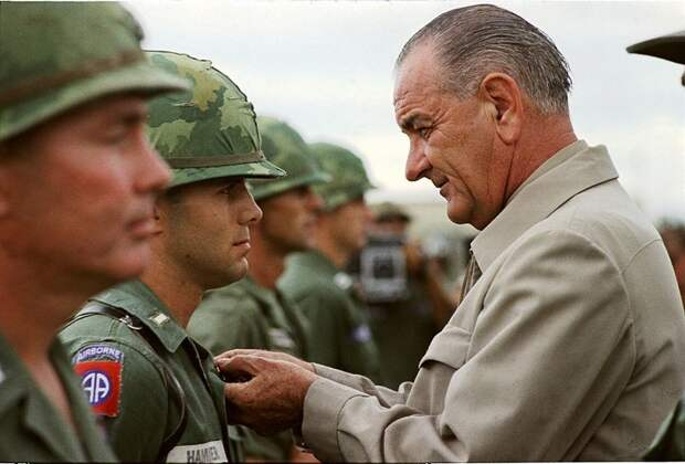 Johnson awards a medal to a US soldier during a visit to Vietnam in 1966.jpg