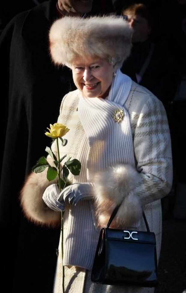 Женщинам из королевской семьи запрещено носить натуральный мех. / Фото: praew.com