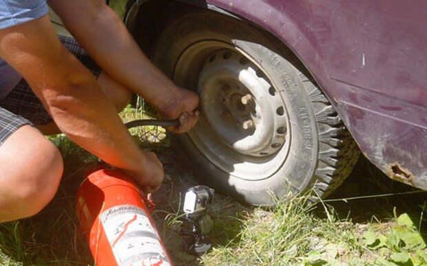 Можно ли накачать колесо огнетушителем? Проверено — легко!