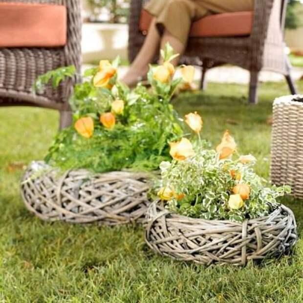 Клумбы в виде плетеных корзин будут смотреться очень эффектно. /Фото: i.pinimg.com