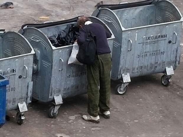 В Кургане повесили замки на мусорные баки, чтобы «пенсионеры не копались и не растаскивали грязь»