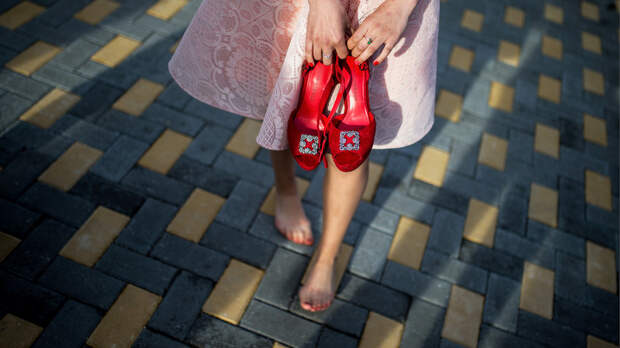 Босоногие девушки гуляют по метро (ФОТО)