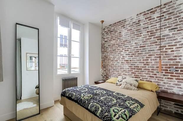 Кирпич добавит спальне изюминку в стиле лофт. / Фото: stroimpilim.ru