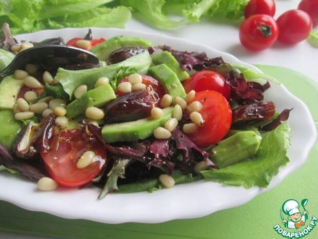 Салат с финиками и кедровыми орехами