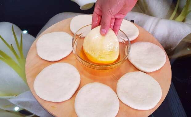 Лепешки легкие как пух и сочные. Окунаем тесто в масло и печем за 20 минут