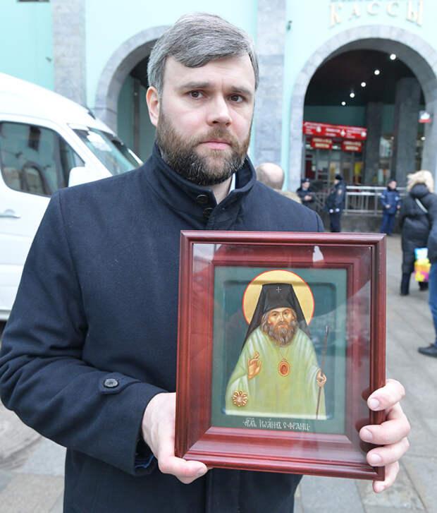 На вокзалах Москвы помолились перед мироточивой иконой Богородицы и другими святынями