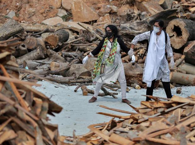 """Индийцам советуют """"лечить ковид"""" прахом умерших"""