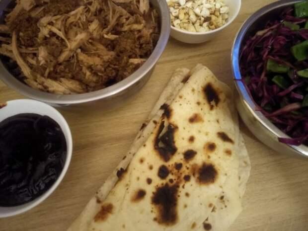 Тортилья с мексиканской рваной свининой и салатом из стручкового гороха