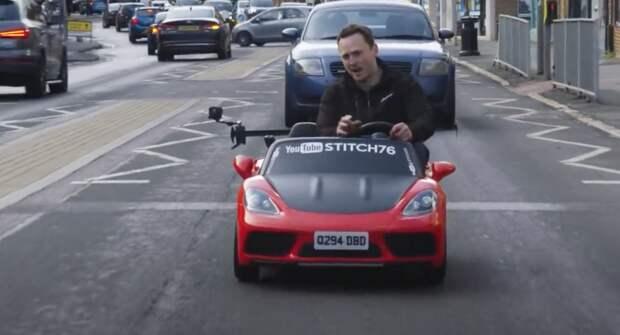 В Британии игрушечный автомобиль выехал на общую дорогу