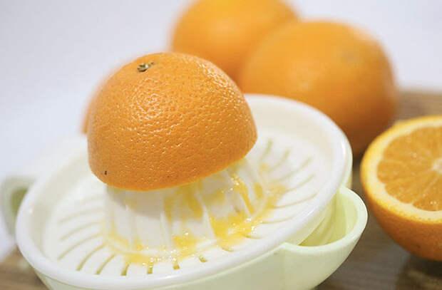 Хитрости с микроволновкой: выжимаем апельсины, взбиваем молоко и жарим бекон