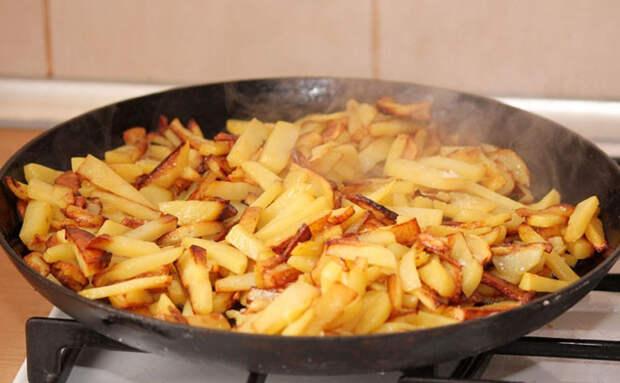 Подогреваем вчерашнюю жареную картошку за 30 секунд с маслом и она снова хрустит