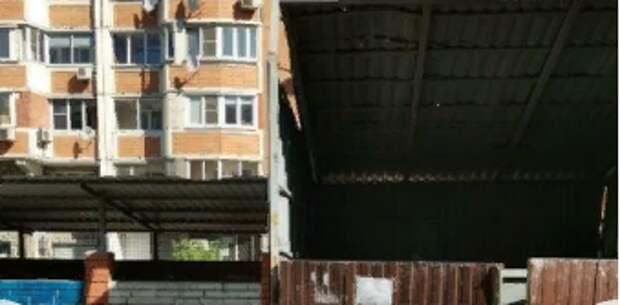 Переполненную контейнерную площадку во дворе дома на Шоссе Энтузиастов убрали — Жилищник