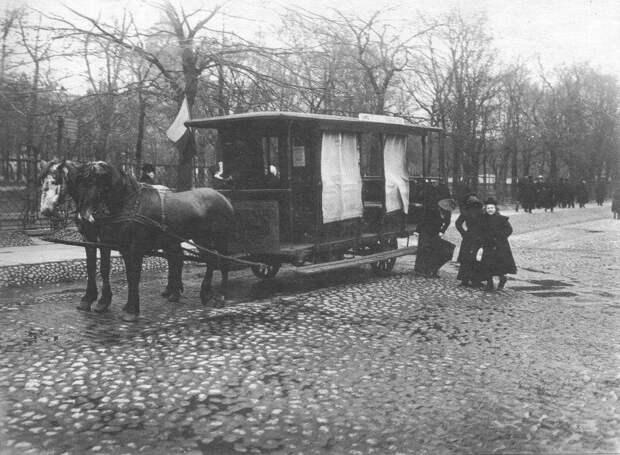 Омнибус на конечной остановке у Александровского сада.Фото К.Булла. 1900-х гг.