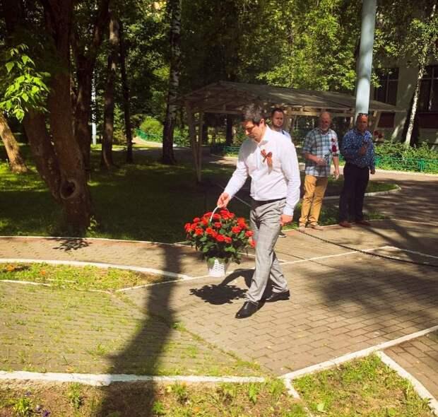 В День памяти и скорби в Лосинке возложили цветы к памятной доске погибшим солдатам