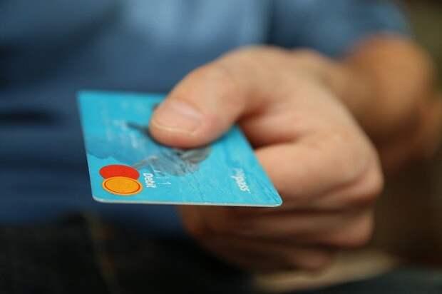 кредитная карточка в мужской руке