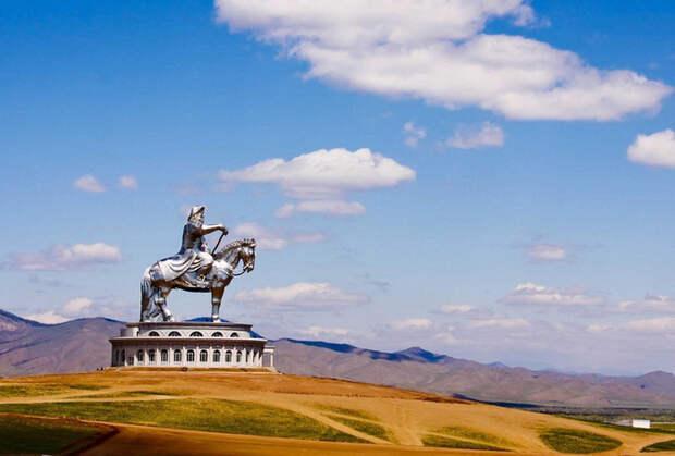 Статуя Чингисхана в Монголии.
