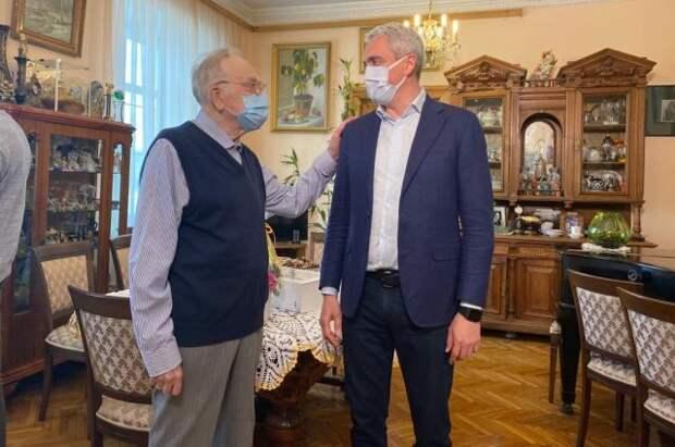 Член ОП Нифантьев поздравил диктора Игоря Кириллова с Днём радио