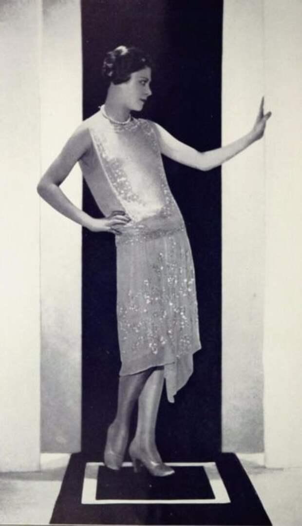 Короткая стрижка и вольный стиль в покрое платья - это вызов обществу 20 годов.