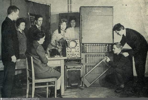 В научно-исследовательской лаборатории МЭИС 1965-1969 / pastvu.com