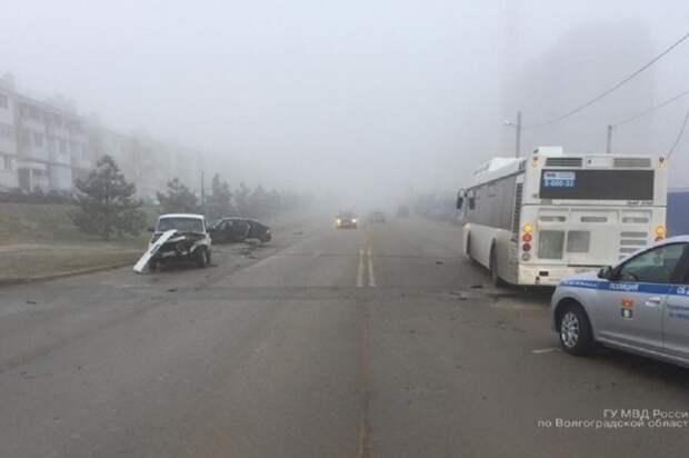 В «туманном» волгоградском ДТП на пассажирский автобус свалилась световая опора