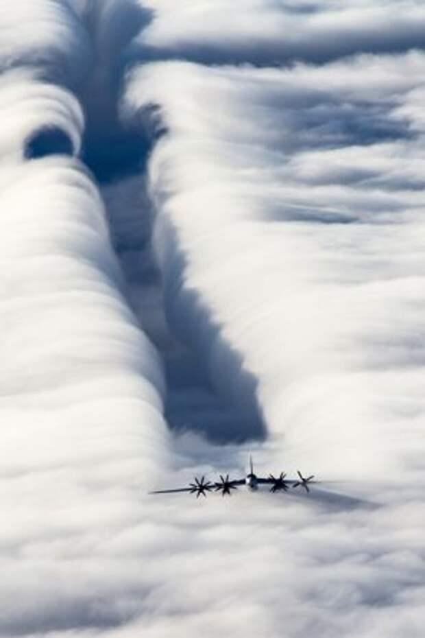 На фото: дальний межконтинентальный стратегический бомбардировщик Ту-95МС во время полета