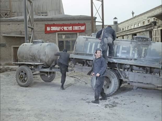 Побег на фоне того самого плаката (кадр из фильма)
