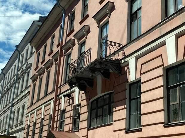 Подвыпившие мужчина и женщина вывалились с балкона в историческом центре Петербурга