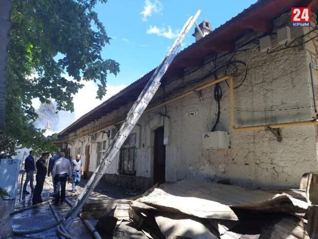 В Гурзуфе горит одноэтажный многоквартирный дом: есть угроза распространения огня