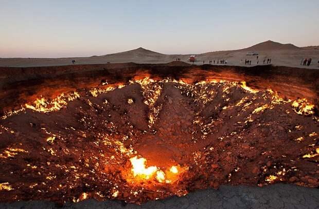 6 огненных фото «Ворот в ад» в Туркменистане, которые открыли по ошибке