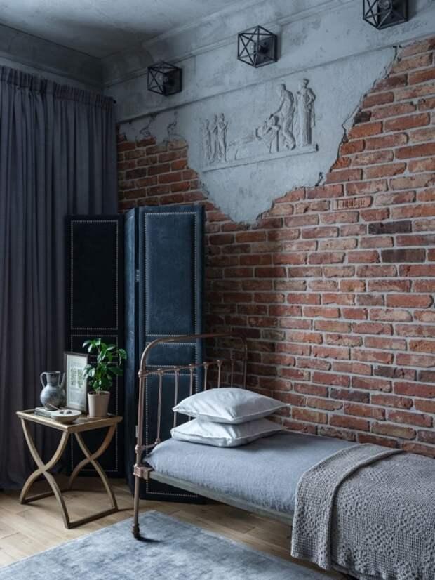 Кирпич и барельеф гармонирует с металлической мебелью. / Фото: pinterest.ru