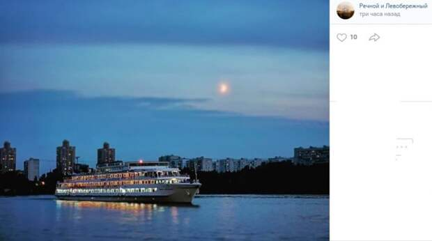 Фото дня: лайнер движется по Химкинскому водохранилищу