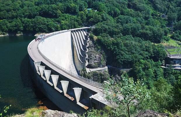Дамба самого чистого озера в мире, с которой прыгал Джемс Бонд, в одной из частей легендарного фильма про шпиона. Источник изображений: Яндекс. Картинки